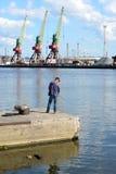 加里宁格勒,俄罗斯- 2015年5月03日:人抓在的鱼 库存照片
