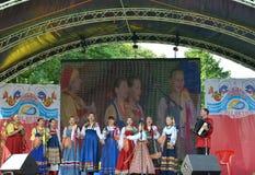 加里宁格勒,俄罗斯- 2014年8月15日:俄国全国民间传说合奏的表现在全国创造性市场的  图库摄影
