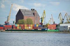加里宁格勒,俄罗斯- 2015年5月03日:集装箱码头和t 免版税库存图片