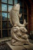 加里宁格勒,俄罗斯- 2014年8月09日:鱼雕象在窗口背景的  免版税库存图片