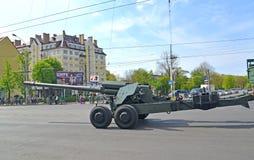 加里宁格勒,俄罗斯- 2015年5月09日:152 mm被拖曳的枪  免版税库存图片