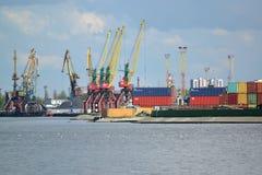 加里宁格勒,俄罗斯- 2015年5月03日:tr的集装箱码头 图库摄影