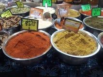 加香料义卖市场耶路撒冷mahane jehuda腐烂gelb咖喱被混合的调味料 图库摄影