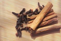 加香料在木板和被弄脏的背景的桂香丁香 免版税库存照片