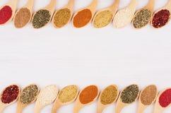 加香料在白软的木委员会的汇集有拷贝空间的,顶视图 免版税库存图片