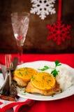 加香料的橙色烤鸡用米,圣诞节大气,选择聚焦,葡萄酒作用,您的文本的拷贝空间 免版税库存图片