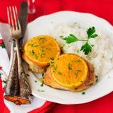 加香料的橙色烤鸡用米,圣诞节大气, sel 免版税图库摄影