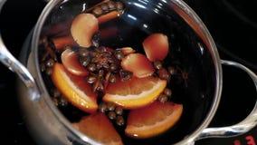加香料的热葡萄酒在罐被混合 股票录像