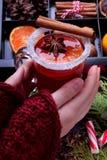 加香料的热葡萄酒用柑橘水果和香料在玻璃 免版税库存照片