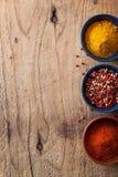 加香料背景:桃红色和黑胡椒,辣椒粉粉末,咖喱 免版税库存图片