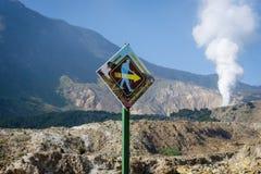 加鲁特,印度尼西亚- 2018年8月12日:标志\'小心,保持精神\'在登上鼓励的帕潘达扬火山轨道  免版税图库摄影