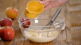 加鸡蛋的厨师涂黄油,烹调在厨房的面团 影视素材