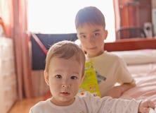 更加年轻和更老的兄弟 库存图片
