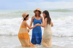 更加年轻的亚裔在海海滩happines的妇女松弛假期 免版税库存照片