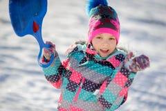 更加年轻的入学年龄的女孩在步行的在冬日 免版税库存照片