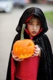更加年轻的入学年龄的男孩在一套服装穿戴了为万圣夜 库存照片