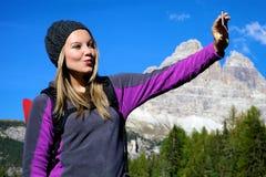 添加selfie照片的白肤金发的少妇 免版税库存照片