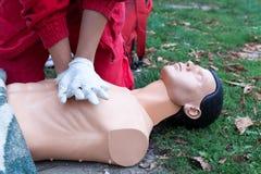 医务人员展示心肺复苏术-在dum的CPR 免版税库存照片