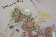 财务分析被堆积的文件和一部分的金钱和硬币 免版税库存照片