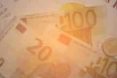 财务分析被堆积的文件和一部分的金钱和硬币 免版税库存图片