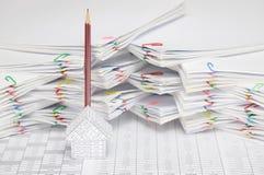 财务帐户的议院有迷离棕色铅笔地方垂直 免版税库存照片
