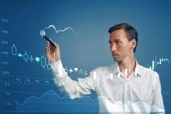 财务数据概念 人与逻辑分析方法一起使用 绘制与日本蜡烛的图表信息图表在数字式屏幕上 免版税库存照片