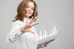 财务数据概念 妇女与逻辑分析方法一起使用 图关于数字式屏幕的图表信息 库存图片