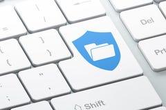 财务概念:与盾的文件夹在键盘背景 免版税库存图片