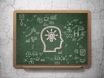 财务概念:有电灯泡的头在学校 免版税图库摄影