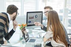 财务的专家和事务合作做对市场报告的分析, 库存照片