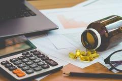 财务管理概念、计算器和私人预算的许多文件与一台膝上型计算机的在桌上 图库摄影