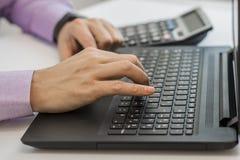 财务,会计,分析与计算器膝上型计算机的商人投资图在办公室计算技术 免版税库存图片