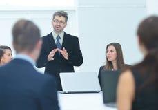 财务主任召开与compa的雇员的会议 免版税图库摄影