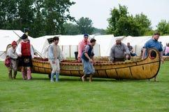 移动一个大被挖空的独木舟 免版税库存照片