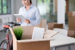 移动一个新的办公室的女商人 免版税库存图片
