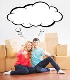 移动一个新的家的年轻夫妇 男人和妇女箱中取出的fragil 库存图片