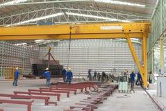 移动与桥式起重机的钢 免版税库存图片