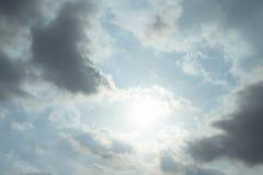 动乱的预兆背景在天空的 免版税库存照片