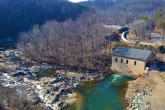 动力火车和水坝在罗阿诺克河 库存照片