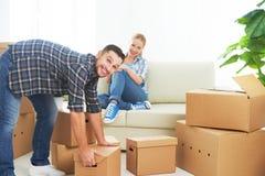 移动向一栋新的公寓 愉快的家庭夫妇和纸板箱 图库摄影