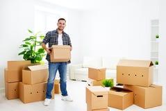 移动向一栋新的公寓 有纸板箱的愉快的人 图库摄影