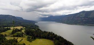 移动哥伦比亚河峡谷华盛顿美国的风暴 库存图片