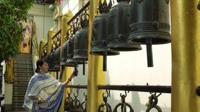 移动在佛教寺庙的响铃 股票视频
