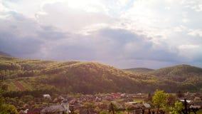 移动在喀尔巴阡山脉的云彩 股票录像