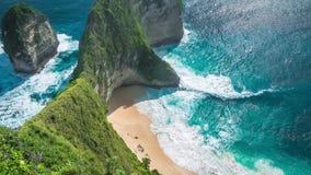 滚动在女用披巾海湾或Kelingking海滩的波浪在努沙Penida海岛,巴厘岛,印度尼西亚上 股票录像