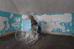 移动在室的角落的轮椅的鬼的图 免版税库存图片