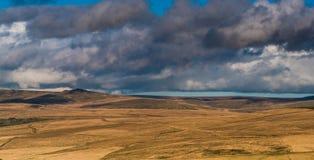 滚动在小山的风雨如磐的云彩 库存照片