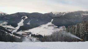 移动在山和冬天期间的云彩 影视素材