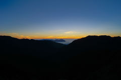 滚动在山的剧烈的云彩在日出Hehuan shan/喜悦山 库存图片
