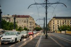 移动在布达佩斯下街道的汽车  库存照片